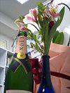ワインと誕生祝いの花