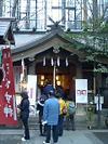 恵比寿神が祀られている「稲荷鬼王神社」。恵比寿神は手前左側です